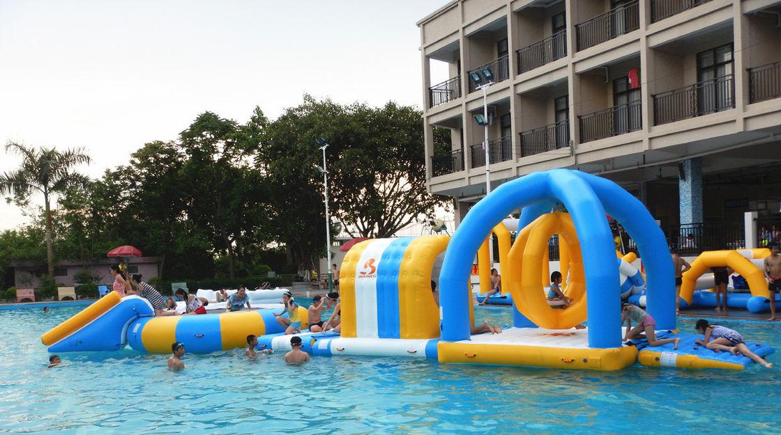 El Parque Inflable Del Agua Para El Partido Reune Los Juegos