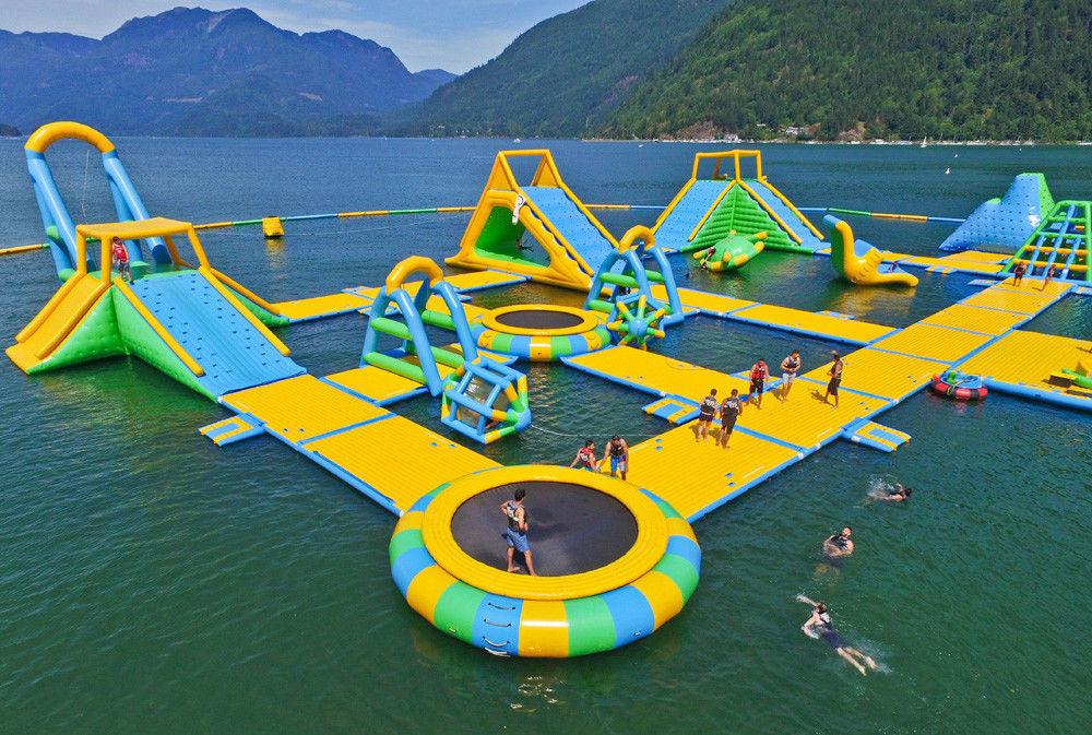 Los Juegos Inflables Gigantes Del Parque Del Agua La Aguamarina
